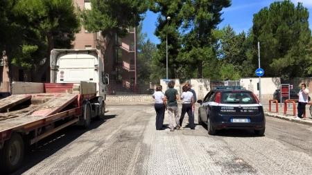 Le auto in divieto di sosta intralciano i lavori di rifacimento delle strade