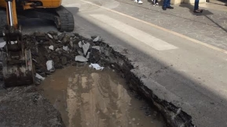 Voragine davanti alla prefettura, è una perdita d'acqua di AQP