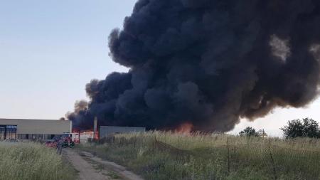 Vasto incendio alla periferia di Foggia, in fiamme alcune ecoballe