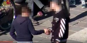 Spacciavano vicino le scuole, arrestati 17 giovani spacciatori