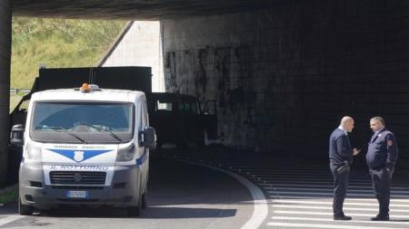 Assaltarono portavalori su A12 con mitra e lampeggianti: otto arresti