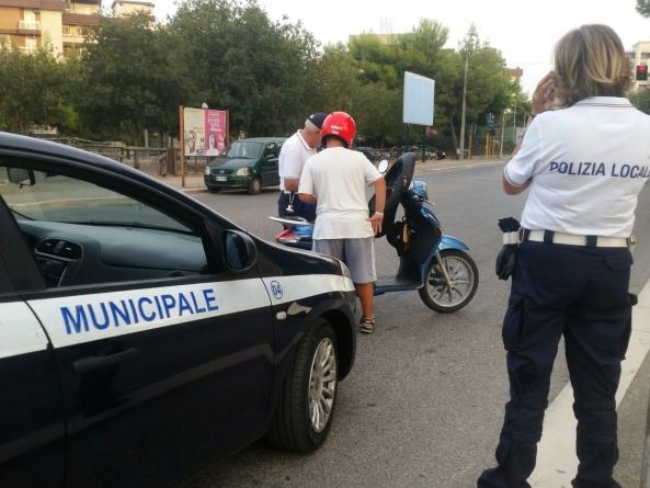 Scattano i controlli della polizia locale di Foggia ai motociclisti senza casco