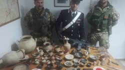 Sequestrate armi bianche detenute illegalmente e 41 reperti archeologici