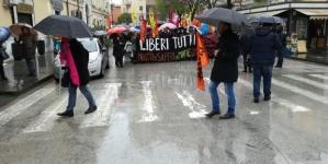 """""""No alla mafia"""", la marcia di Libera con Don Ciotti: in 25mila sfidano la pioggia"""
