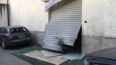 Bomba distrugge l'ingresso di una scuola di danza
