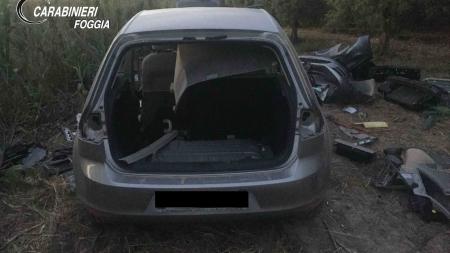 Avvistato dall'elicottero mentre smontava auto rubate: arrestato 31enne