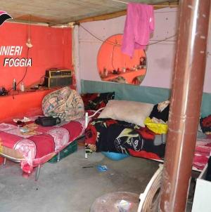 Ragazze segregate in un casolare e ridotte in schiavitù: sei arresti
