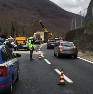Auto si schianta contro il guardrail sulla A16: muore 76enne