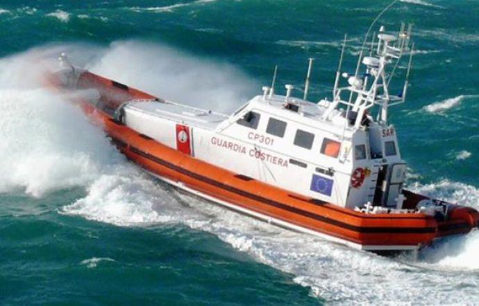 Catamarano si capovolge nel mare di Vieste: due turisti salvati dalla Guardia Costiera