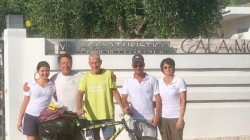 A 81 anni gira il mondo in bicicletta: l'impresa di Janus fa tappa sul Gargano