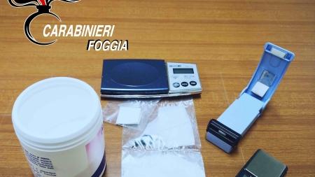 Ruba energia elettrica e detiene cocaina: arrestato 42enne