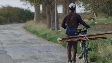 Migrante in bici travolto e ucciso da auto pirata