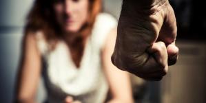 Picchia e rapina la moglie dopo la separazione: arrestato 46enne