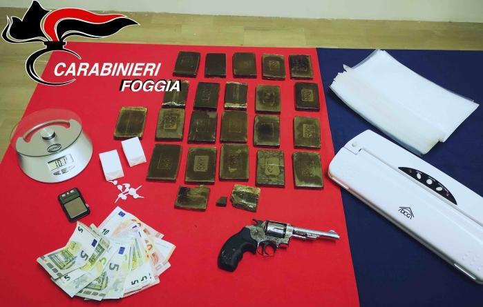 Pistola, cocaina e hashish in casa: arrestato 25enne