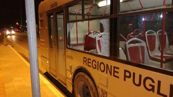 Sassaiola in centro contro tre bus dell'Ataf: molti danni e nessun ferito