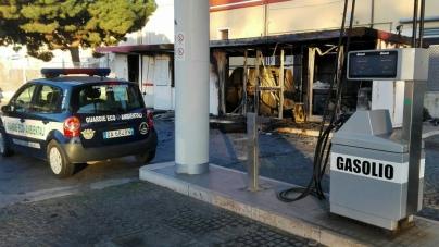 Ignoti danno fuoco a distributore di carburante: ingenti i danni