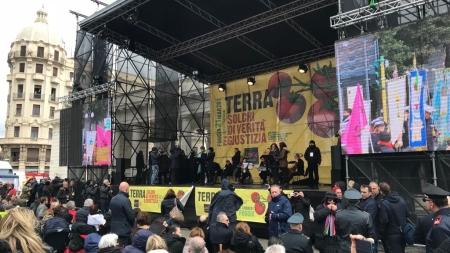 """""""Libera"""" in marcia a Foggia, Don Ciotti: «E' il noi che vince»"""