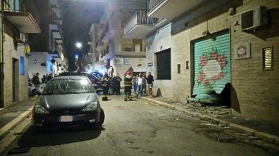Bomba esplode nella notte: danni a un negozio e alle auto in sosta