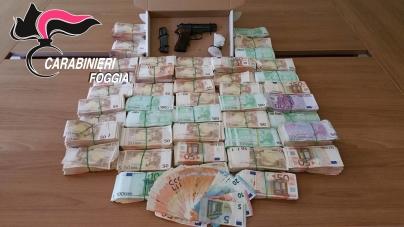 Una pistola e 447 mila euro in contanti nascosti in casa: arrestato pregiudicato