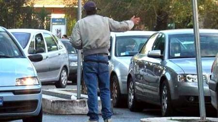 Parcheggiatore abusivo denunciato per estorsione
