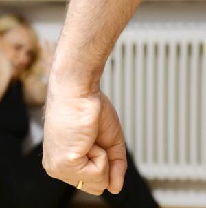 Marito violento picchia la moglie davanti ai figli minorenni: arrestato 40enne