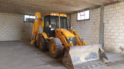 Pala meccanica ritrovata in un capannone abbandonato