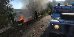 Paura sul Gargano: camion precipita in una scarpata e prende fuoco