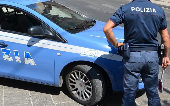 Ladri in fuga dal centro commerciale: inseguiti dalla Polizia si schiantano contro un albero