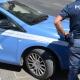 Spaventa passanti brandendo un bastone e tenta di colpire agenti: arrestato nigeriano