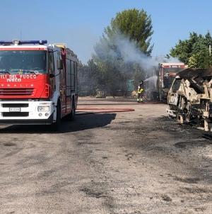 Incendio distrugge 33 mezzi per raccolta rifiuti a San Giovanni Rotondo