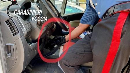 Arma clandestina nascosta nel vano portaoggetti: arrestato 38enne di Foggia