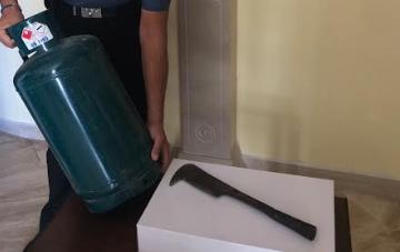 Si barrica in casa minacciando un'esplosione con una bombola: arrestato 23enne