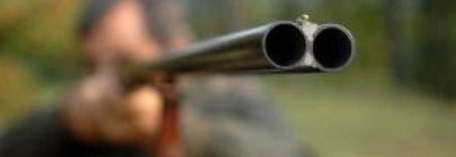 Litiga col vicino per una pianta e tenta di ucciderlo con un fucile: arrestato 63enne