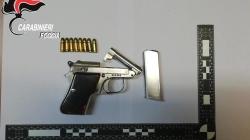 Nascondono una pistola nella culla del figlio neonato: arrestati coniugi