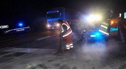 Scontro frontale sulla statale 16 alle porte di Foggia: un morto e 4 feriti