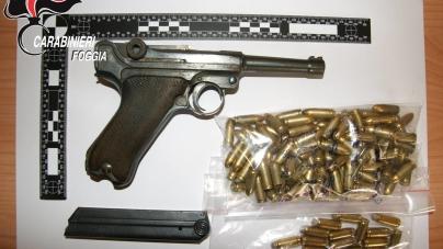 Sorpreso con un panetto di hashish e una pistola da guerra: arrestato imprenditore agricolo