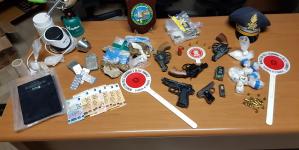 Armi, droga ed esplosivi in una carrozzeria: arrestati padre e figlio