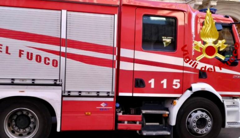 Incendio in centro raccolta rifiuti di Carapelle: bruciano 3 compattatori