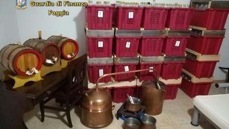 Produzione di superalcolici di contrabbando: sequestrato un opificio clandestino
