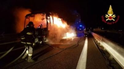 Bus di fedeli prende fuoco sulla A16: rientravano dal Santuario di Padre Pio