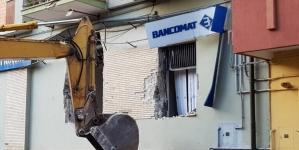 Armati e con una pala meccanica assaltano una banca