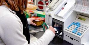 Violenta rapina in un supermercato: cassiera picchiata, poi fuggono con l'incasso