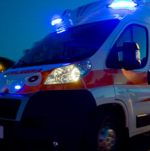 Perde il controllo dell'auto e si schianta contro un muretto: muore 22enne