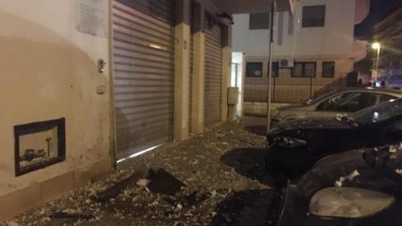 Bomba esplode davanti a centro anziani all'alba. Salva una donna delle pulizie