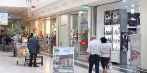 Espone genitali ed urina in un centro commerciale: denunciato 72enne