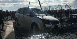 Ragazzi con auto in mare nella banchina di Levante a Manfredonia