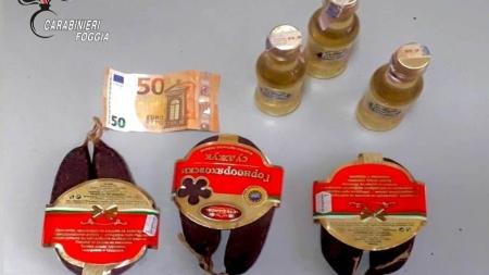 Per evitare la multa offre denaro, salumi e alcolici ai Carabinieri: arrestato