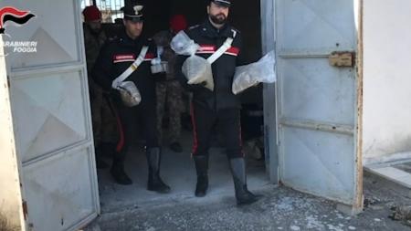 Armi, munizioni e droga in uno stabile industriale dismesso: scatta il sequestro
