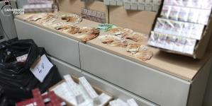 Sorpreso con 55 kg di tabacchi esteri e 16 mila euro in contanti: arrestato 54enne