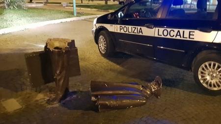 Vandali in azione nella piazza della stazione: distrutta statua del viaggiatore